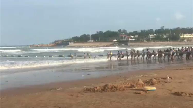 男子台风天带娃下海 溺水后上百人拉防鲨网营救