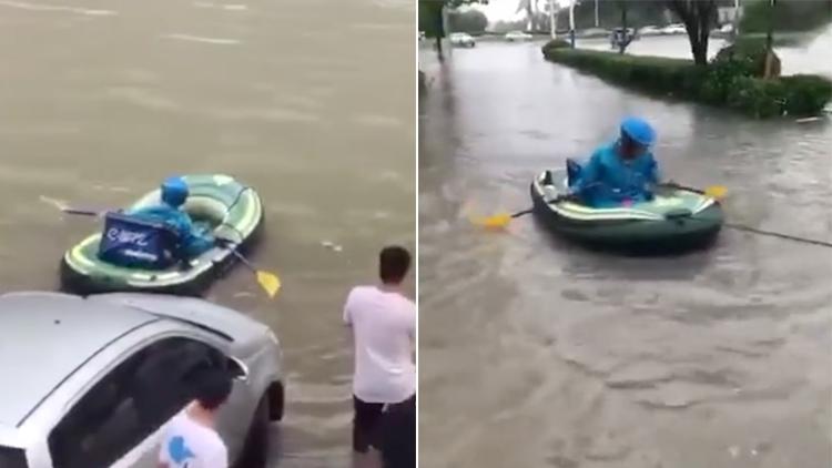 道路积水成河 外卖小哥送餐都用上皮划艇了