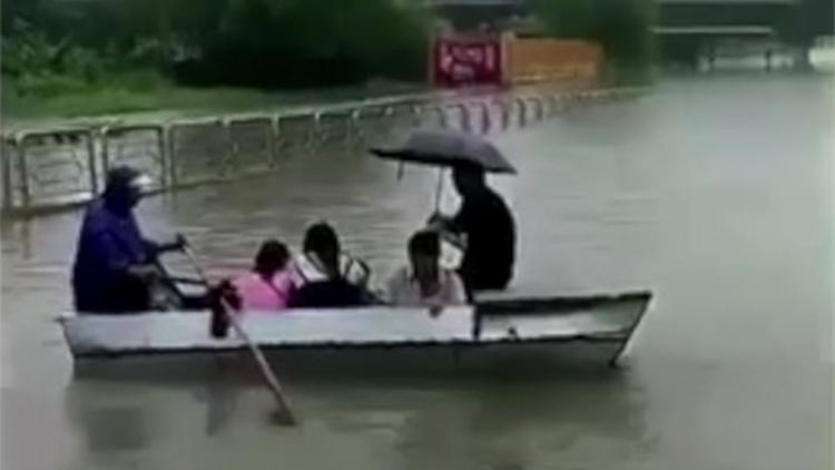 暖心!暴雨影响涵洞被淹 大爷雨中划船免费摆渡
