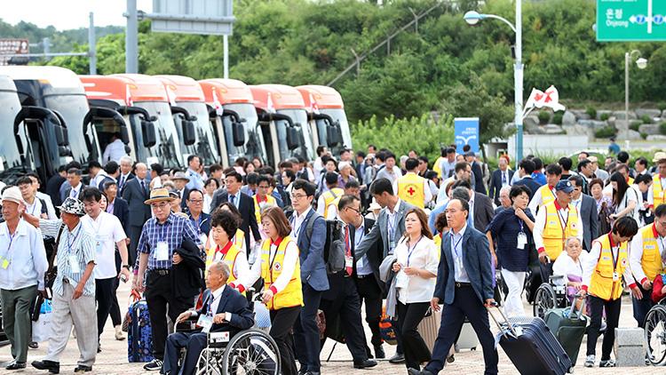 朝韩离散家属今起团聚 首批韩寻亲人员盛装赴朝