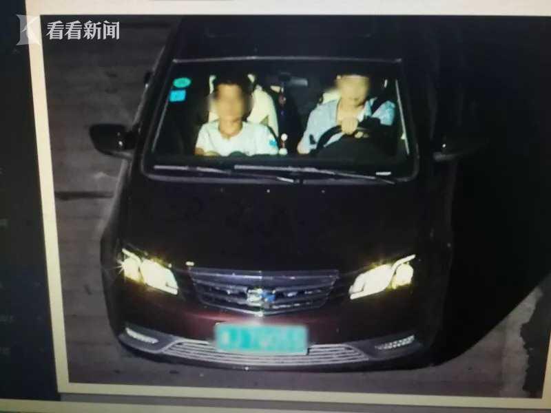 图为辛某松(右一)驾驶车辆逃离现场。