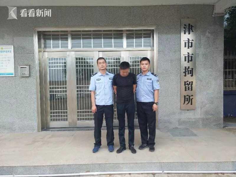 图为民警将辛某松送至拘留所。