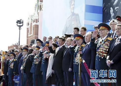 2015年5月9日,习近平和夫人彭丽媛同普京等领导人出席红场阅兵仪式。来源:新华网