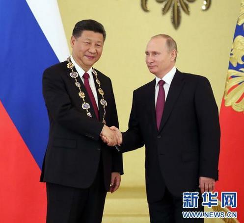 """2017年7月,普京向习近平授予俄罗斯国家最高勋章""""圣安德烈""""勋章。来源:新华网"""