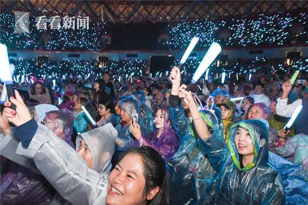9月7日张学友演唱会遵义站火爆开唱,4万歌迷冒雨观演。