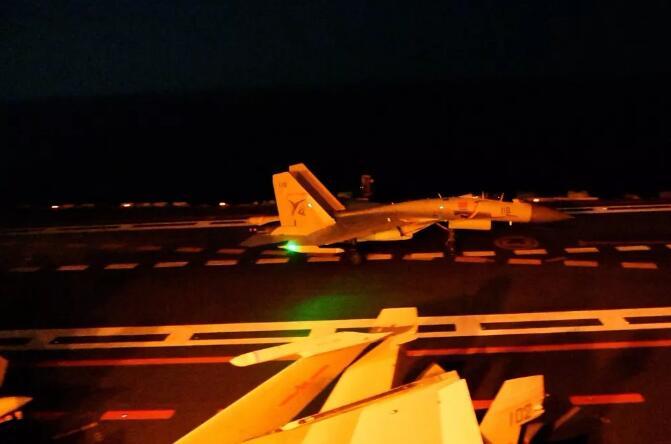 歼-15舰载战斗机夜间在母舰甲板上着舰成功。
