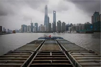 行驶在黄浦江上的垃圾集运船