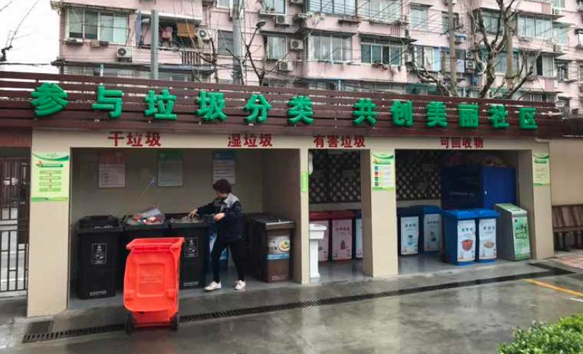 居民将垃圾分类后投进小区内设置的分类垃圾桶