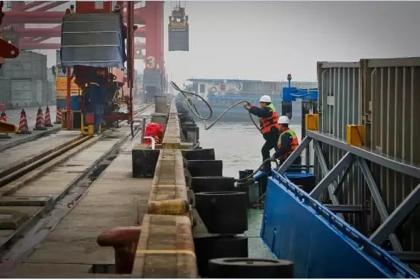 垃圾船最终到达老港固体废弃物处置基地