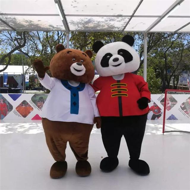 """第四届东方经济论坛配套展示项目远东风采街上,可爱的""""中国熊猫""""和""""俄罗斯棕熊""""一起打冰球。"""