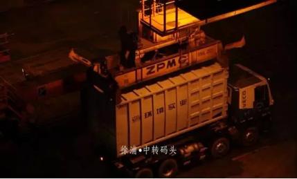 深夜依然作业的生活垃圾转运码头