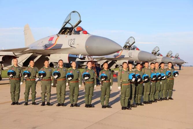 歼-15舰载战斗机飞行员群体。