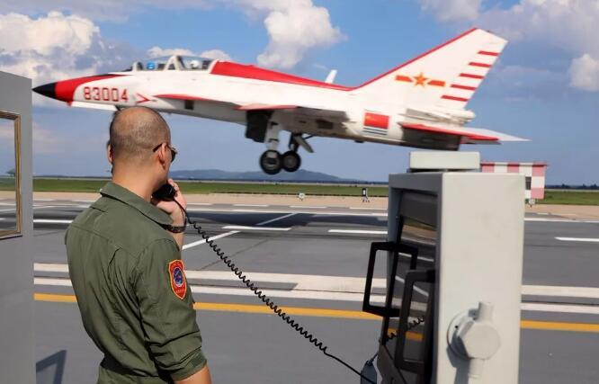 舰载战斗机飞行员驾驶教练机进行陆基训练。