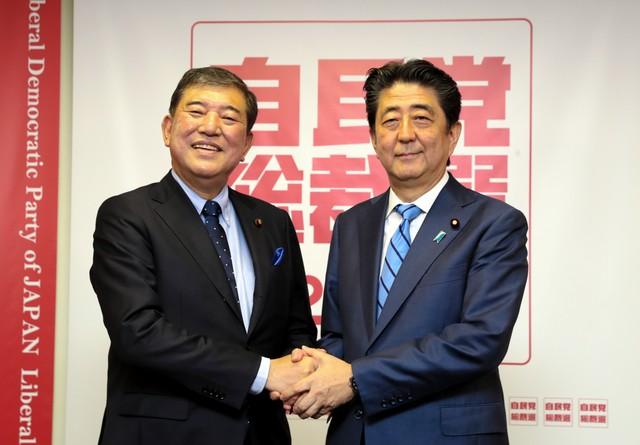 9月10日 安倍和石破茂在自民党总裁选举的记者会上握手致意
