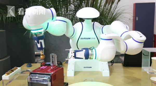 双臂协作机器人正在制作咖啡.png