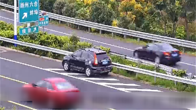 男子送儿子上学开错路 高速上直接倒车扣满12分