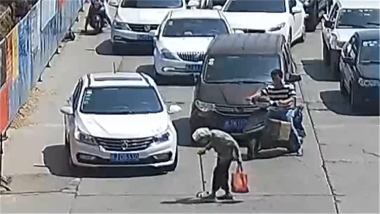 老奶奶过马路深陷车流 礼让哥当街拦车感动网友