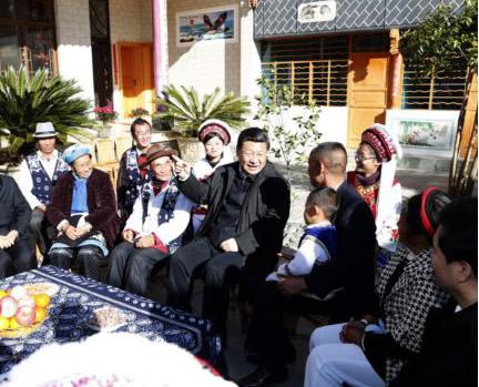 2015年1月20日,习近平来到大理白族自治州大理市湾桥镇古生村村民李德昌家,同村民们围坐在一起亲切拉家常。来源:新华社