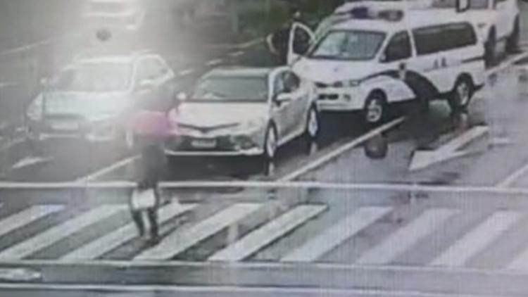 老赖开奔驰被警车逼停仍要逃跑 法官用身体挡车