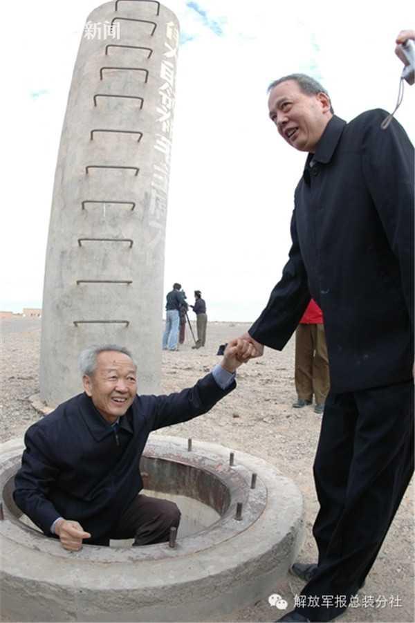 徐虹和佟连捷50年后重回地下控制室
