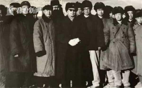 导弹核武器试验成功后,聂荣臻元帅(中戴墨镜者)、钱学森(前排左三)等人在试验场合影。