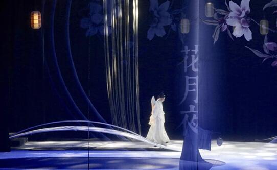 张军在舞台上