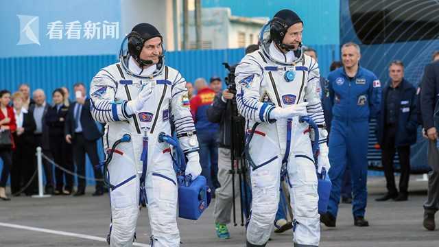 发射之前,两位宇航员亮相发射场。