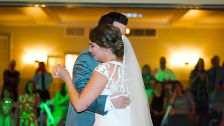 新娘父亲离世 5名哥哥轮流陪她在婚礼跳