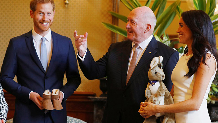 宣布怀孕后首亮相 梅根获赠婴儿型号名牌雪地靴