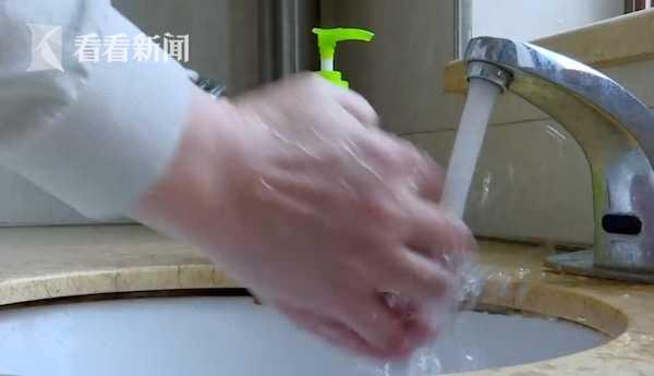 视频|一天洗手20多次! 男子患强迫症性情大变