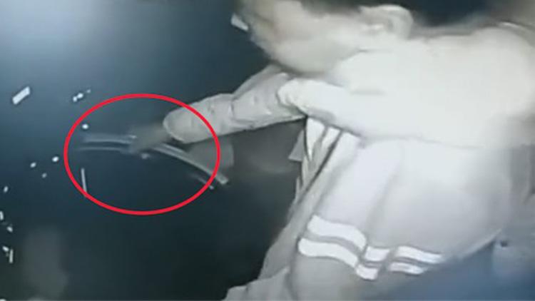 惊险21秒!客车司机突遭乘客锁喉死抓方向盘不放