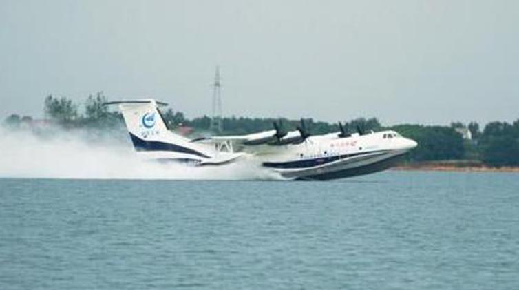 """看!大""""灰""""机!""""鲲龙""""AG600实现水上首飞"""