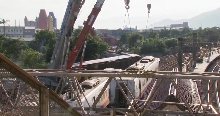 台湾列车出轨事故已致18人遇难 死者名单公布