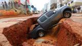 道路塌陷车辆坠入 被困夫妻刚救出车就再次下沉