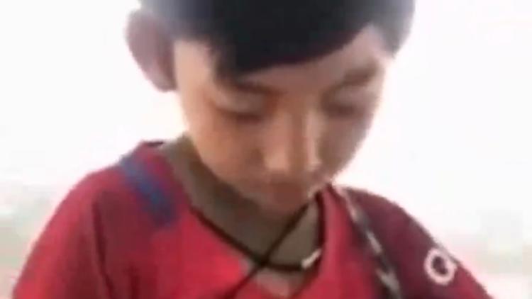 柬埔寨男孩为卖货学说9国语言 高唱