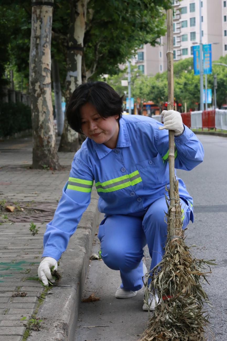 2018年4月,成慧参与辖区道路清扫工作。