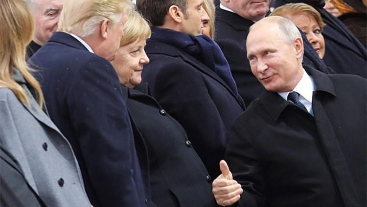 普京和特朗普巴黎相遇 微笑握手竖大拇指