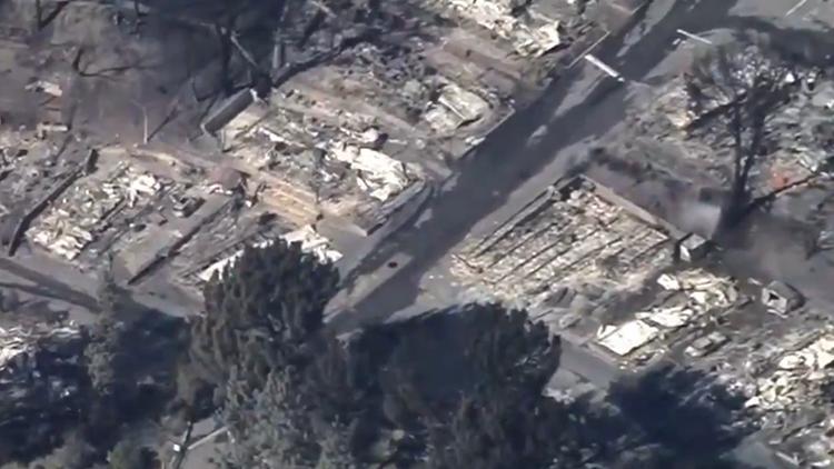 美国加州山火灾后惨象:大片房屋被烧成焦炭