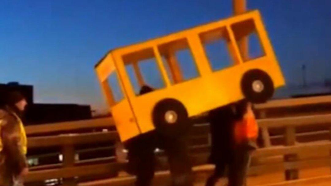 俄罗斯4个年轻人为过桥 伪装公交车被警察拦下