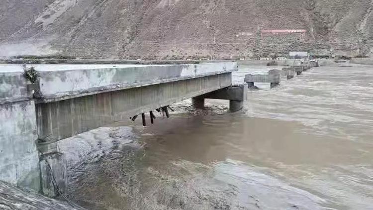 白塔堰塞湖洪峰冲毁金沙江大桥 318国道中断