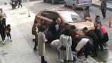 女子玩手机被卷车底 危急关头老人用腿顶住车头