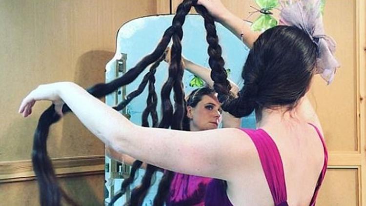 长发公主!14年不剪1月1洗 女子长发拖地超1米8