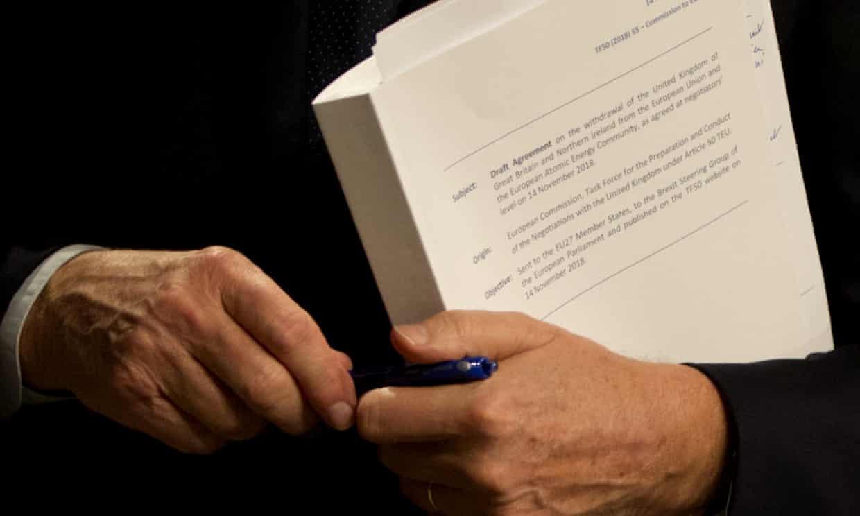英国脱欧事务欧盟首席谈判代表巴尼耶怀抱这份草案