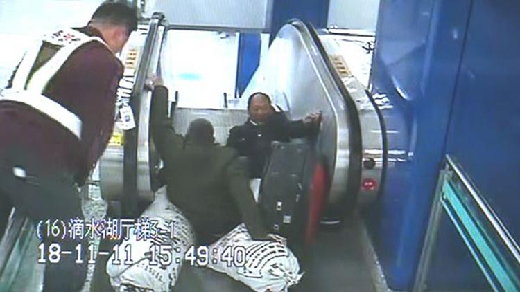 乘客摔倒在扶梯上 200斤的他瞬间跨栏按下制停钮