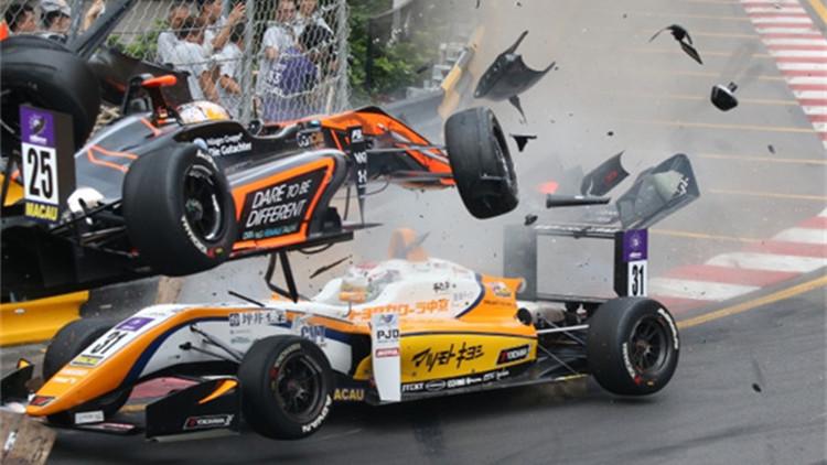 澳门赛车严重意外 赛车炮弹式飞入记者区