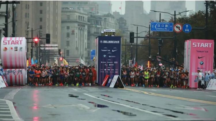 上海马拉松 :3.8万人雨中