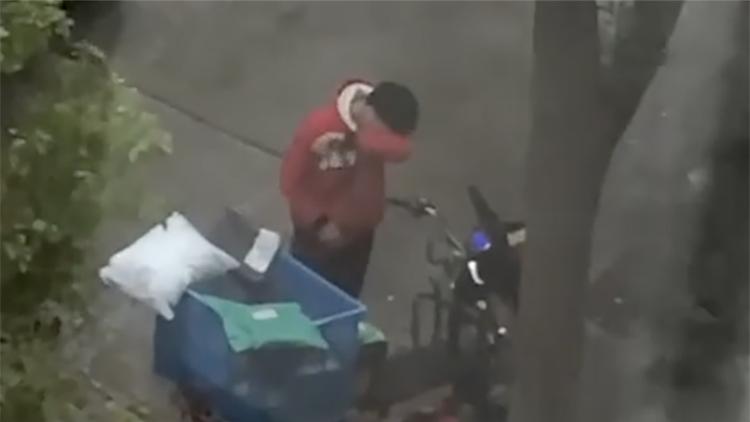 快递小哥找到了!雨中暴哭非因被盗 是与女友吵架
