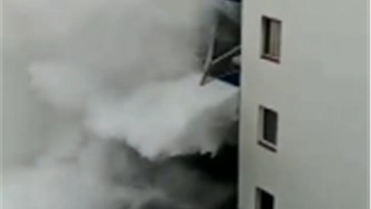 巨大风暴袭击特内里费岛 10米高巨浪冲垮3楼阳台