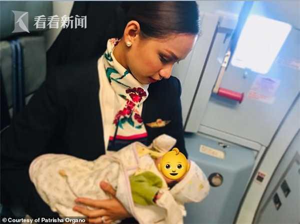 视频|宝宝飞机上哭闹要喝奶 豪爽空姐帮忙喂母乳