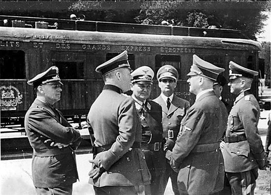 二战期间,法降停战协议签字前,希特勒(右2)与纳粹高级军官在福熙元帅车厢旁交谈 (摄于1940年6月22日)